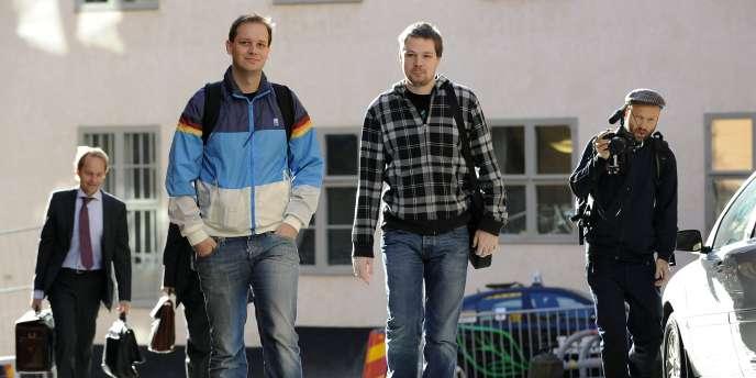 Fredrik Neij et Peter Sunde, cofondateurs du site The Pirate Bay, à leur arrivée à la cour d'appel de Stockholm, le 28 septembre.