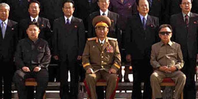 Le dictateur Kim Jong-il est visible au premier rang, avec ses habituelles lunettes. Kim Jong-un, son fils, serait assis deux places à sa droite en costume sombre.