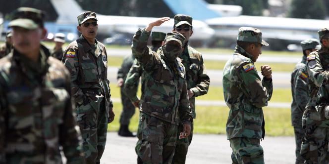 Des militaires équatoriens sur le tarmac de l'aéroport militaire de Mariscal, à Quito, jeudi 30 septembre.