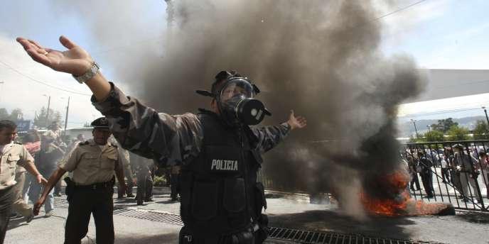 Des policiers manifestent à Quito, jeudi 30 septembre.