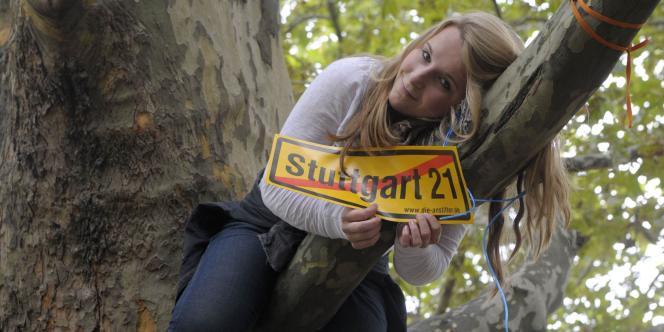 Une opposante au projet Stuttgart 21 de réfection de la gare de Stuttgart (Allemagne), en septembre 2010.