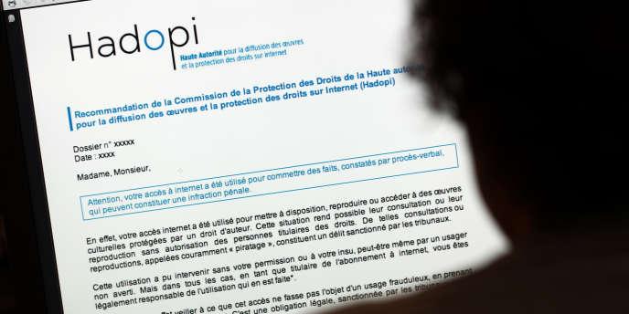 Une personne consulte une page Internet de la Haute Autorité pour la diffusion des œuvres et la protection des droits sur Internet (Hadopi).