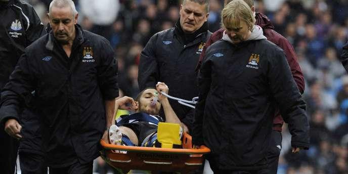 Blessé à la jambe gauche, Hatem Ben Arfa est sorti sur une civière et sous assistance respiratoire, dès le début du match entre Newcastle et Manchester City.