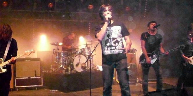 Le chanteur Bertrand Cantat sur scène à Bègles, avec le groupe Eiffel, le 2 octobre 2010.
