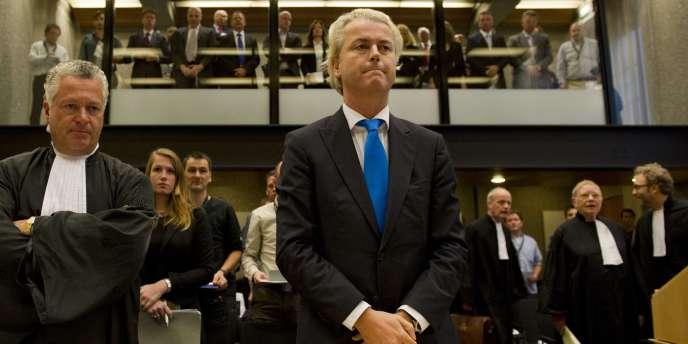 Geert Wilders, sous protection policière vingt-quatre heures sur vingt-quatre, encourt un an de prison ou 7 600 euros d'amende pour des propos tenus entre octobre 2006 et mars 2008 dans des journaux néerlandais, sur des forums Internet et dans son film de 17 minutes
