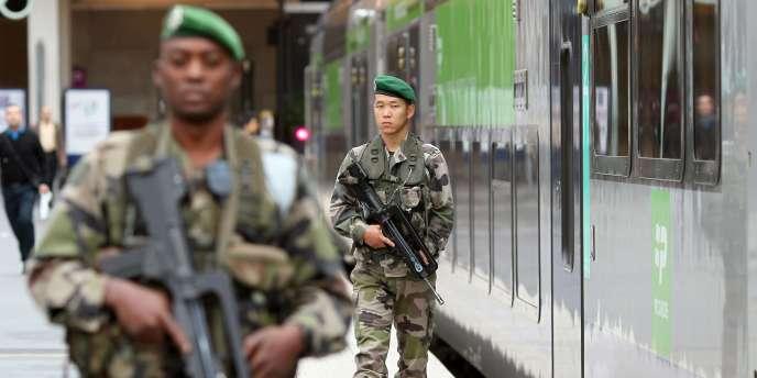Patrouille de l'armée dans le cadre du plan Vigipirate à la gare du Nord, à Paris, le 4 octobre 2010.
