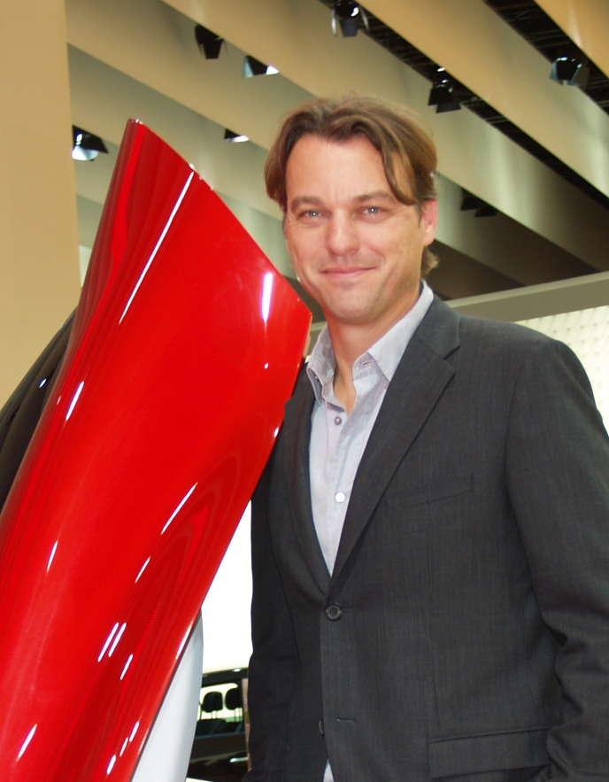 Laurens Van Der Acker, directeur du style de Renault. Ici au Mondial de l'automobile 2010 devant le concept-car DeZir.