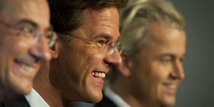 Mark Rutte, le chef du gouvernement néerlandais et candidat à sa réélection (au centre) et Geert Wilders le leader d'extrême droite (à droite).