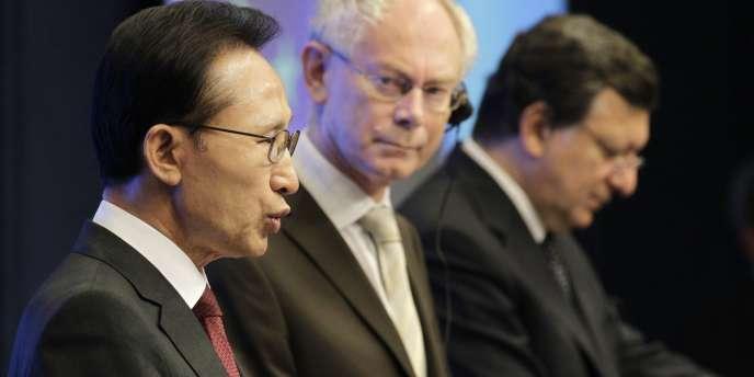 Le président sud-coréen, Lee Myung-bak, le président du Conseil européen, Herman Van Rompuy et le président de la Commission européenne, José Manuel Barroso, à Bruxelles, mercredi 6 octobre.