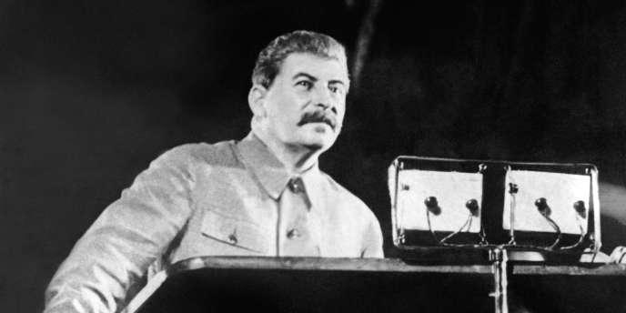 En 1922, lors du XIe Congrès du parti communiste, Staline devient le secrétaire général du comité central le 3 avril jusqu'à sa mort en 1953 (photo: Joseph Staline en 1937).