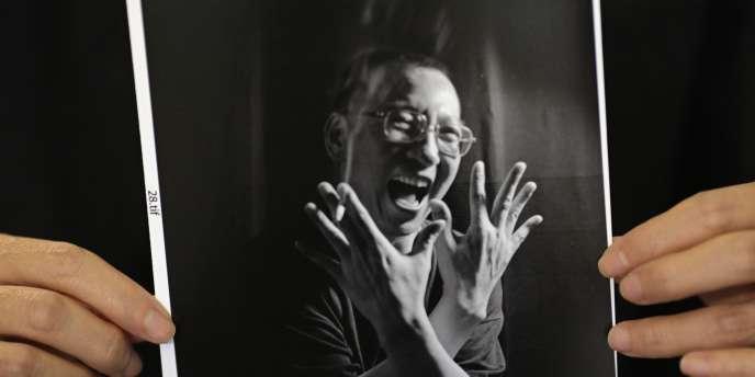 Photo de Liu Xiaobo dans les mains de son épouse, Liu Xia, le 3 octobre 2010.