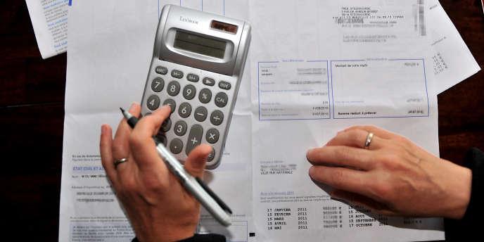 Une personne consulte son avis d'impôt sur le revenu 2010.