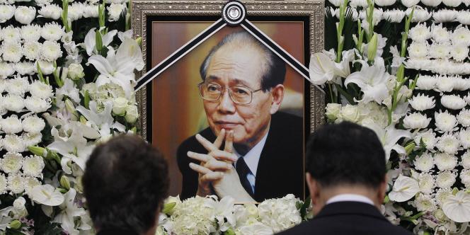Des Sud-Coréens rendent hommage à Hwang Jang-yop, à Séoul, le 11 octobre 2010.