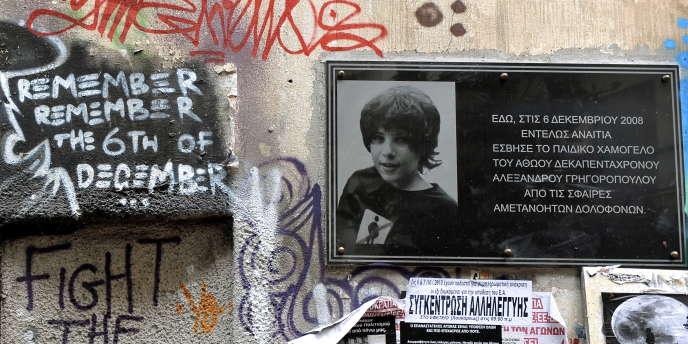 Une plaque en mémoire d'Alexandros Grigoropoulos sur un mur du quartier d'Exarchia, à Athènes.