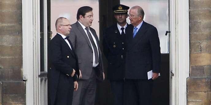 Bart De Wever (deuxième en partant de la gauche), président de la NVA, s'entretient avec le roi Albert II (à droite), mercredi 6 octobre, au Palais royal, à Bruxelles.
