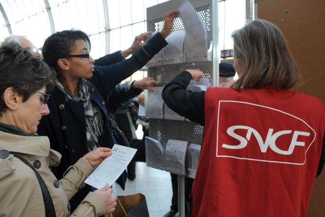 Une employée de la SNCF renseigne des voyageurs, le 11 octobre, à la gare de Strasbourg.