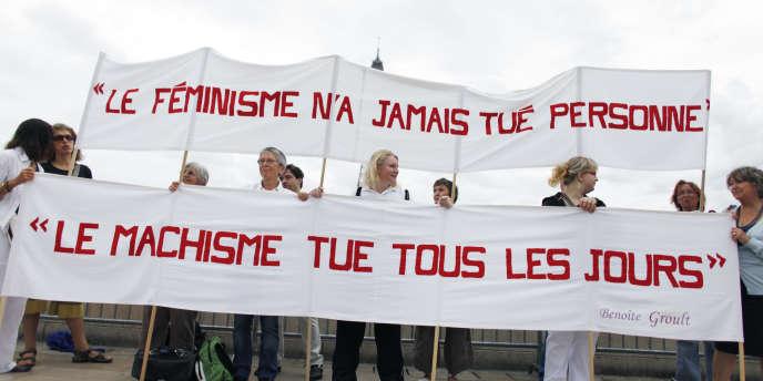 Des militantes féministes derrière une banderole, pour les 40 ans du mouvement féministe, à Paris, le 26 août 2010.