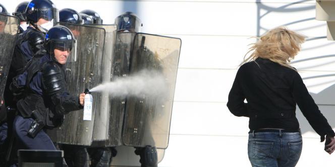 Un policier utilise du gaz lacrymogène contre une manifestante, mardi 12 octobre à Caen.