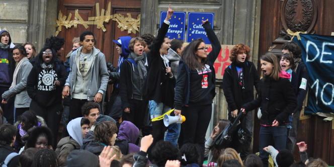 Des lycéens mobilisés devant le lycée Jacques Decour à Paris, le 14 octobre.