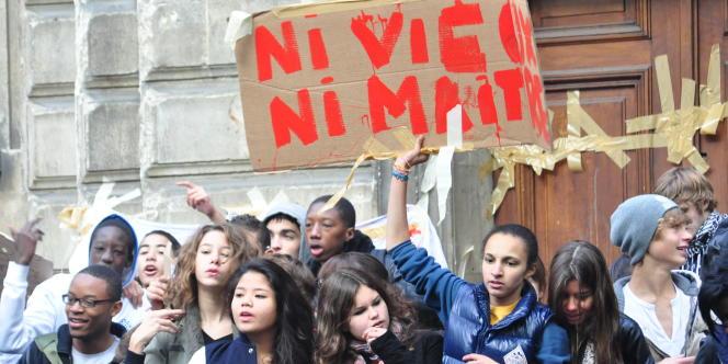 Des lycéens mobilisés devant le lycée Jacques-Decour, à Paris, le 14 octobre.