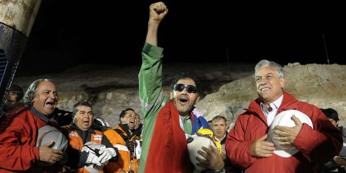Le dernier mineur sorti de terre, Luis Urzua, qui a organisé le rationnement de la nourriture pendant les 69 jours. A sa gauche, le président chilien, Sebastian Pinera.