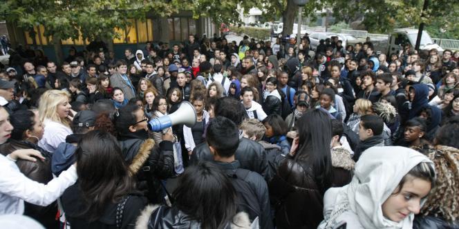Plusieurs centaines de lycéens rassemblés à Montreuil, vendredi 15 octobre.