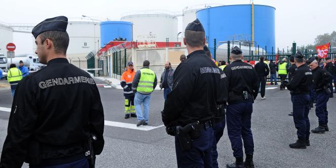 Devant le dépôt pétrolier de Lespinasse, à Toulouse, vendredi 15 octobre.