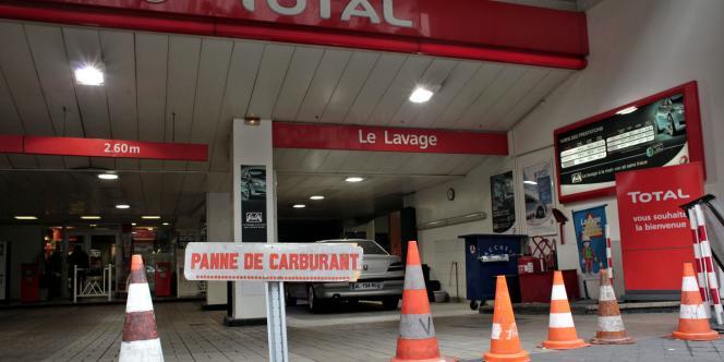 Une station-service Total de Paris, dimanche 17 octobre 2010.