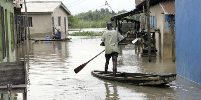 Dans une rue de Lagos, la capitale du Nigeria, le 6 octobre. Selon les Nations unies, 118 Nigérians sont morts depuis le début de la saison des pluies en juin.