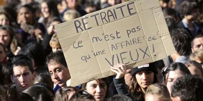 Des étudiants manifestent le 19 octobre 2010 dans les rues de Marseille contre la réforme des retraites du gouvernement Fillon.