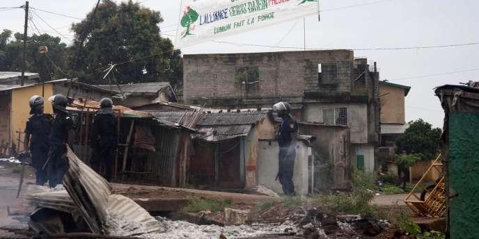 Des policiers montent la garde dans une rue de Conakry, mardi 19 octobre.