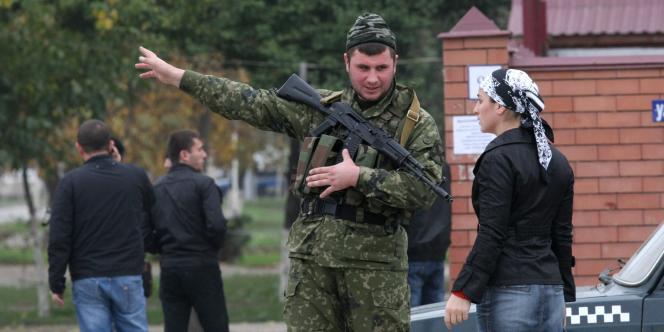 Un membre des forces de sécurité à proximité du Parlement tchétchène, le 19 octobre 2010.