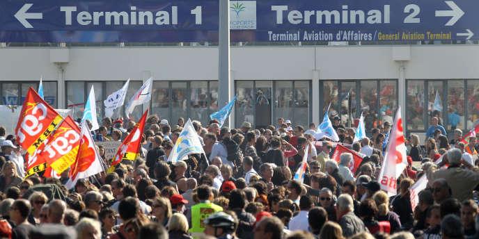 Des manifestants bloquent l'accès de l'aéroport de Nice, le 19 octobre.