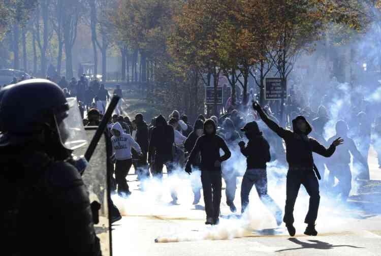 Des affrontements entre jeunes gens et CRS, mercredi 20 octobre, à Nanterre.