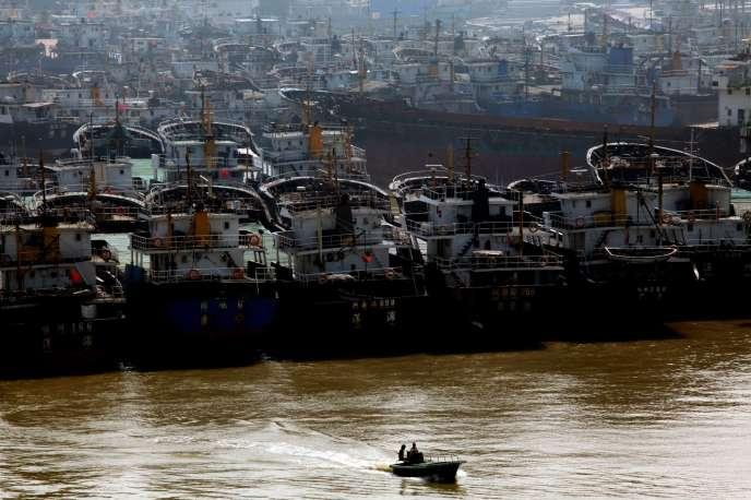 Des navires de pêche chinois dans le port de Haikou.