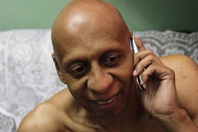 Guillermo Fariñas, au téléphone avec ses proches, après avoir appris qu'il était le lauréat du prix Sakharov décerné par le Parlement européen, jeudi 21 octobre.