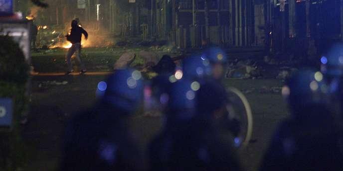 A Terzigno, à une vingtaine de kilomètres de Naples, un groupe de manifestants portant des cagoules ou des écharpes sur le visage a lancé des pierres et des pétards contre les policiers en tenue anti-émeutes qui ont réagi en chargeant la foule d'abord puis en lançant des gaz lacrymogènes dans un deuxième temps.