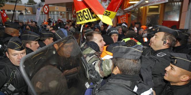 Des gendarmes débloquent de force l'entrée de la raffinerie de Grandpuits, vendredi 22 octobre.