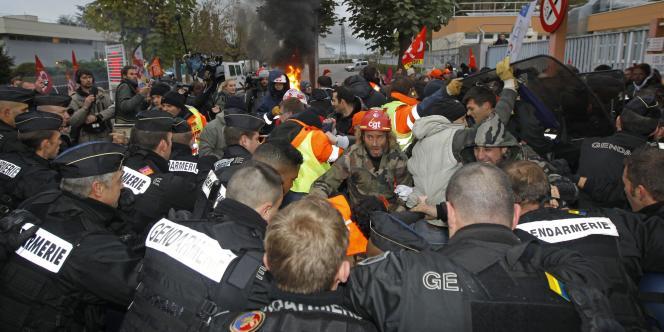 L'évacuation de la raffinerie de Grandpuits, vendredi 22 octobre.