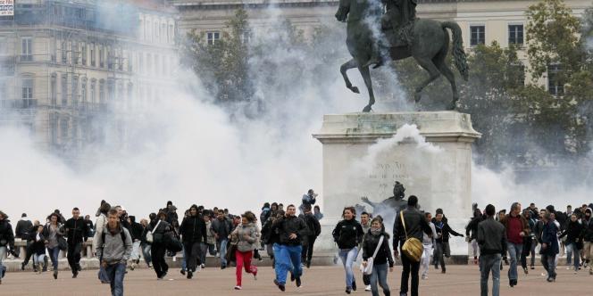 Affrontements entre policiers et manifestants, place Bellecour à Lyon, le 19 octobre 2010.