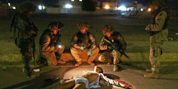 Un Irakien tué par une patrouille de l'armée américaine, le 13 décembre 2003 à Bagdad.