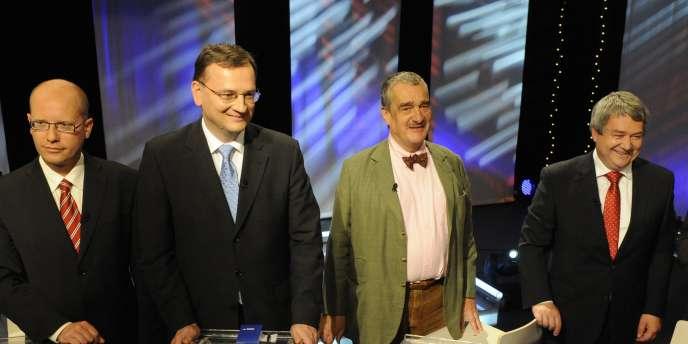 De gauche à droite : le vice-secrétaire des sociaux-démocrates tchèques, Bohuslav Sobotka, le premier ministre tchèque, Petr Necas, le chef du parti Top 09, Vojteh Filip, et le responsable du parti Affaires publiques, Radek John, lors d'un débat télévisé, le 30 mai.
