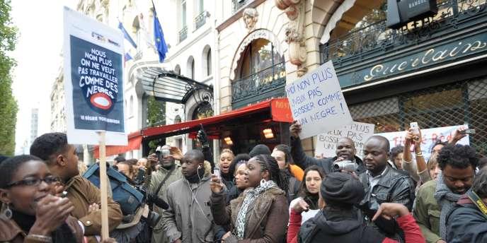 Plus de cent personnes se sont réunies samedi 23 octobre.devant l'entrée, fermée, du magasin Guerlain situé sur les Champs-Elysées, pour dénoncer les propos racistes par Jean-Paul Guerlain sur France 2.