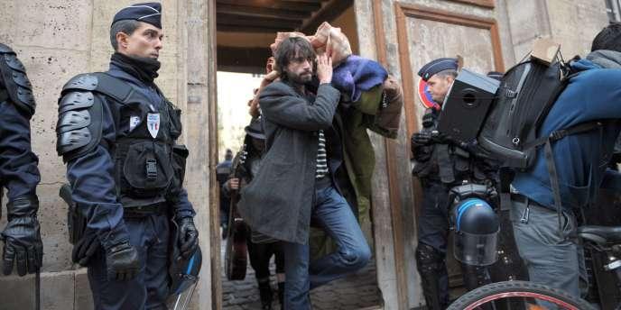 Un membre du collectif Jeudi Noir quitte l'hôtel particulier de la place des Vosges qu'il squattait avec d'autre membre du collectif, le 23 octobre 2010 à Paris.