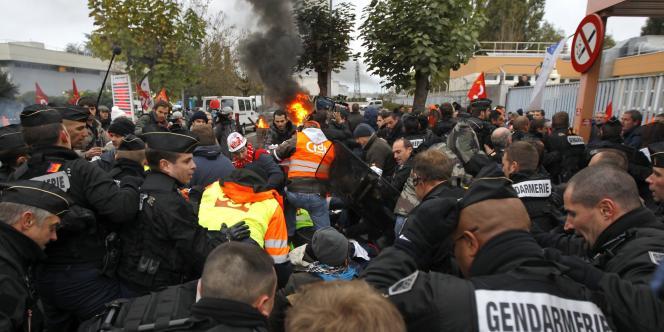Des gendarmes forcent l'entrée de la raffinerie Total de Grandpuits (Seine-et-Marne), bloquée par des salariés grévistes, vendredi matin 22 octobre.