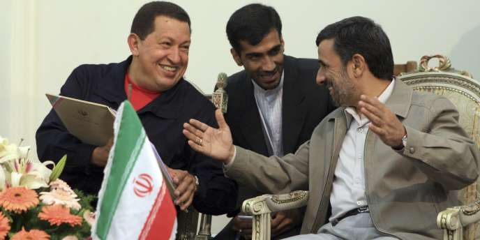 Le président vénézuélien Hugo Chavez et son homologue iranien Mahmoud Ahmadinejad, le 20 octobre 2010 à Téhéran.