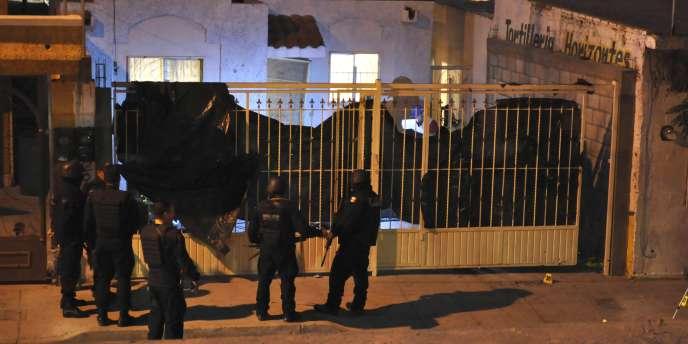 Des policiers mexicains sur les lieux du massacré perpétré dans la nuit de vendredi à samedi, à Ciudad Juarez, au Mexique.