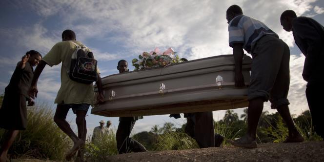 Enterrement d'une victime du choléra, à Robine, le 23 octobre 2010.