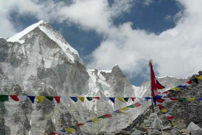 Vue générale du sommet de l'Everest depuis le camp de base.