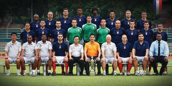L'équipe de l'Etoile FC, actuellement en tête du championnat de Singapour. Au milieu, en polo orange, le président du club, Johan Gouttefangeas.